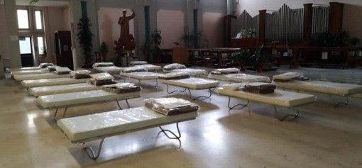 Torino, l'ospedale San Luigi è pieno: pazienti ricoverati in chiesa tra il crocifisso e l'organo