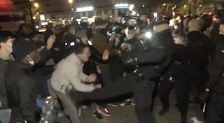 Parigi, lacrimogeni e cariche violente della polizia contro rifugiati pacifici accampati in piazza