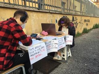 """Torino, liceo vieta agli studenti la Dad davanti alla scuola: """"Luogo inadatto alla concentrazione"""""""