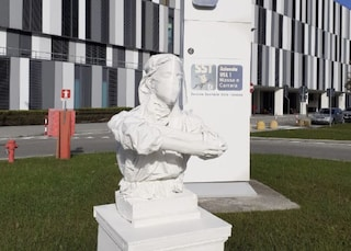 """Statua dell'infermiera all'ospedale, blitz dell'artista: """"Chiamati eroi ma con contratti scandalosi"""""""
