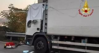 Trafitto da tubi di metallo persi dal camion che lo precede, camionista muore al volante a Treviso