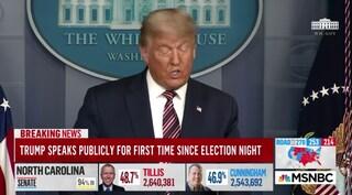"""Trump accusa Biden di aver truccato il voto ma le tv oscurano la conferenza stampa: """"Dice il falso"""""""