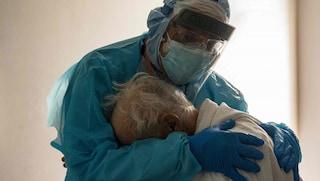 Coronavirus: il commovente abbraccio tra il medico e il paziente in lacrime, la foto è virale