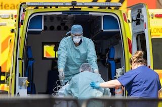Variante Covid, a Londra non c'è più posto in ospedale: pazienti curati nelle ambulanze