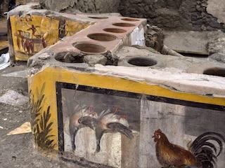 """Dalla scritta omofoba alla """"paella"""" dell'antichità: i misteri del termopolio di Pompei"""