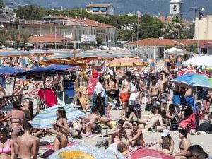 Viareggio, assembramenti in spiaggia quest'estate
