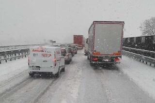 Neve e pioggia in Liguria, tir bloccati in autostrada: A26 e A7 chiuse e traffico in tilt