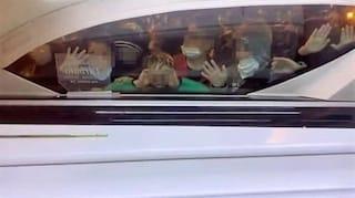 Lo straziante addio degli amichetti a Vincenzo, aggrappati alla bara dell'11enne morto a Taranto