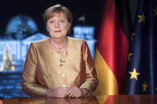 Angela Merkel, l'ultimo discorso da fine anno da cancelliera è un attacco contro i negazionisti