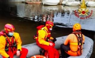 Tragedia a Viareggio: esce per un passeggiata ma scivola, cade in acqua e muore annegato