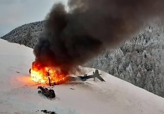 Paura in val Sarentino, elicottero da turismo precipita e prende fuoco: ferita una bimba di 10 anni