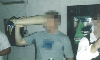 Afghanistan, soldato australiano beve birra dalla protesi della gamba di un talebano ucciso