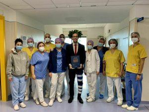 Lorenzo e i medici del reparto il giorno della sua laurea