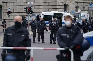 Spari in strada nel centro di Amburgo, diverse auto in fuga: forze speciali in azione