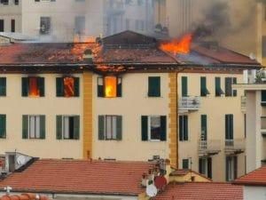 Incendio a La Spezia: cortocircuito alle luci dell'albero di Natale, evacuate molte famiglie