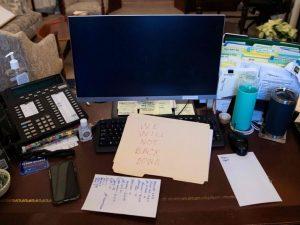 یادداشت بر روی میز نانسی پلوسی باقی مانده است