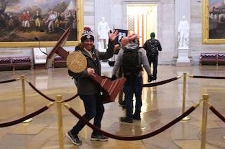 Usa, assalto Congresso: arrestato sostenitore di Trump che ha rubato il podio di Nancy Pelosi
