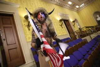 Chi è l'uomo vestito da bufalo che ha invaso il Congresso Usa: la storia dello sciamano di Washington