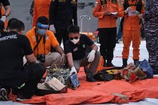 Indonesia, trovati resti umani e le due scatole nere del volo Sriwijaya Air precipitato in mare