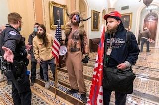 Assalto al Campidoglio USA, licenziato il protagonista della foto simbolo delle rivolte