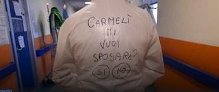 """""""Carmelì, mi vuoi sposare?"""", la proposta di matrimonio sulla tuta anti Covid dell'infemiere"""
