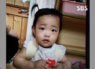 Bimba di sedici mesi uccisa di botte dai genitori adottivi: il calvario di Jeong In