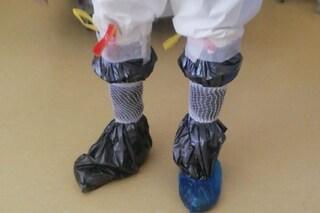 """Buste dell'immondizia ai piedi perché mancano calzari. """"Sanitari eroi? Retorica"""""""