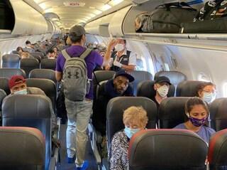Negazionista rifiuta mascherina, volo diretto a Catania rientra a Malta: passeggera arrestata