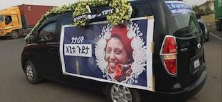 """Il feretro di Agitu sfila per le strade di Addis Abeba: """"Ora sei a casa, piccola stella"""""""