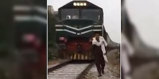 Pakistan, 17enne morto investito da un treno: camminava sui binari per fare video su TikTok