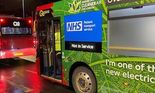 A Londra epidemia fuori controllo: gli autobus vengono trasformati in ambulanze