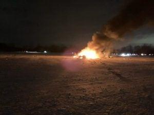 Il velivolo precipitato in fiamme (foto da Twitter)