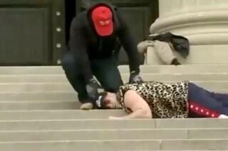 I trumpiani hanno simulato l'omicidio di George Floyd sulle scale di una chiesa di Washington