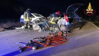 Ancona, schianto frontale tra un'auto e un furgone: veicoli distrutti, muore 43enne