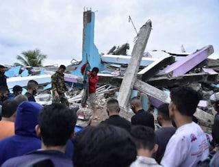Terremoto in Indonesia, crollati un hotel e un ospedale: almeno 34 i morti, centinaia i dispersi