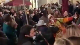 Lucca: balli in piazza nel Centro storico. Scattano le denunce per gli assembramenti