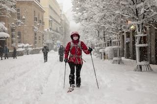 Madrid sotto la neve, operatori sanitari vanno a lavoro a piedi per dare il cambio ai colleghi