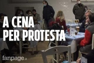 Bologna, locali aperti per protesta: in 50 in una pizzeria, cori verso la polizia che li identifica