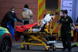 """Tenta il suicidio a Londra, amica chiama la polizia: lo """"salvano"""" agenti da Perugia"""