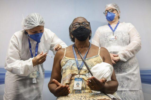 Una donna viene vaccinata contro il Covid in Brasile.