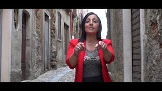 """""""Viva i latitanti, viva Riina, spara alla polizia"""", vola su Youtube la cantante folk Teresa Merante"""