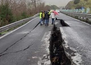 Enorme voragine sulla strada statale 131 in Sardegna: carreggiata spaccata in due