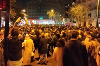 Spagna, guerriglia in strada per l'arresto del rapper Pablo Hasél: 35 feriti e 19 arresti