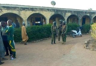 Nigeria, assalto in un college: centinaia di studenti rapiti dai terroristi