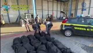 Gioia Tauro, maxi-sequestro di cocaina: 1,3 tonnellate nascoste nei container del caffè
