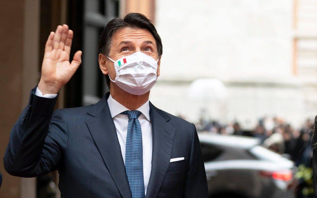 Conte lascia Palazzo Chigi tra gli applausi: standing ovation dalle finestre (Video)