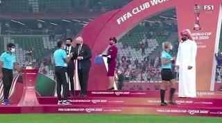 Mondiale per Club, terna arbitrale femminile non può salutare lo sceicco: bufera su presidente FIFA