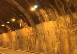 Candelotti di ghiaccio in galleria sulla A26: la denuncia dei parenti delle vittime di Ponte Morandi