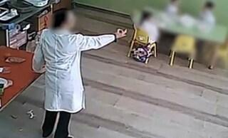 """""""Bestia, buttati nel gabinetto"""", insulti e botte ai bimbi dell'asilo: maestra interdetta a Foggia"""