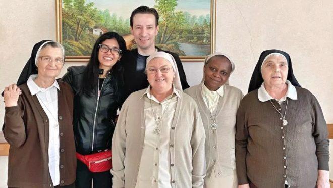 uca Attanasio con la moglie Zakia Seddiki e le suore della Sacra Famiglia di Spoleto